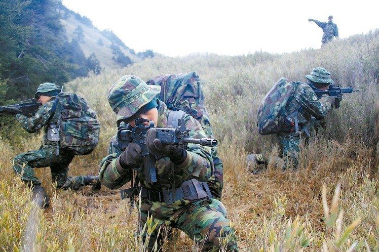 """台陆军航空特战指挥部与美国陆军绿扁帽特种部队,在谷关山区每年固定举行""""互动操演""""。(《联合报》资料图)"""
