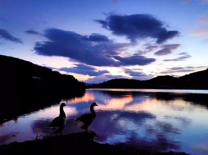 中秋之夜,明月东升,天池如玉,月华如水,遥遥相映,溢彩流光.
