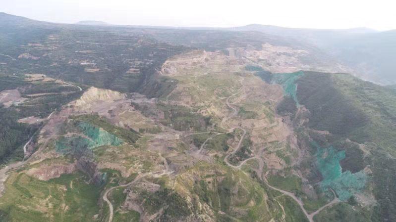 山体被喷上绿色颜料。受访者供图