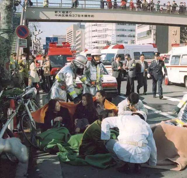 ▲东京地铁沙林毒气中的幸存者接受现场急救