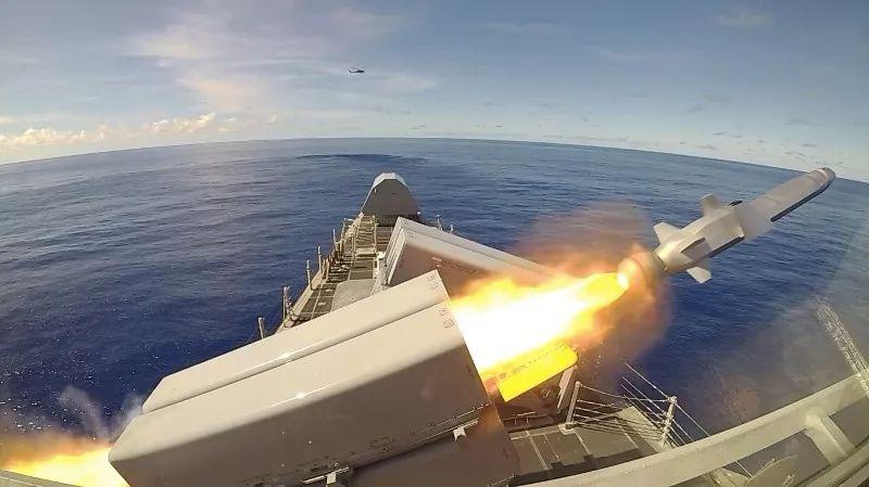 """10月1日,美国海军""""布里埃尔·吉福德""""号濒海战斗舰在参加代号""""太平洋狮鹫""""(Exercise Pacific Griffin)的演习期间展示了发射海军打击导弹(NSM)的能力。(图源:美国海军技术网)"""