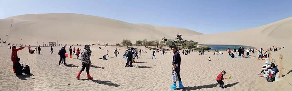 10月3日,游客在甘肃敦煌鸣沙山月牙泉景区游玩。根据日期文化和旅游部发布的数据,前4日旅游消费已经再创历史新高。  @与子同泽 图