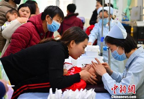 资料图:医院输液大厅内人满为患。。中新社记者 翟羽佳 摄