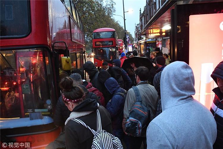 通勤者在排隊等候巴士。