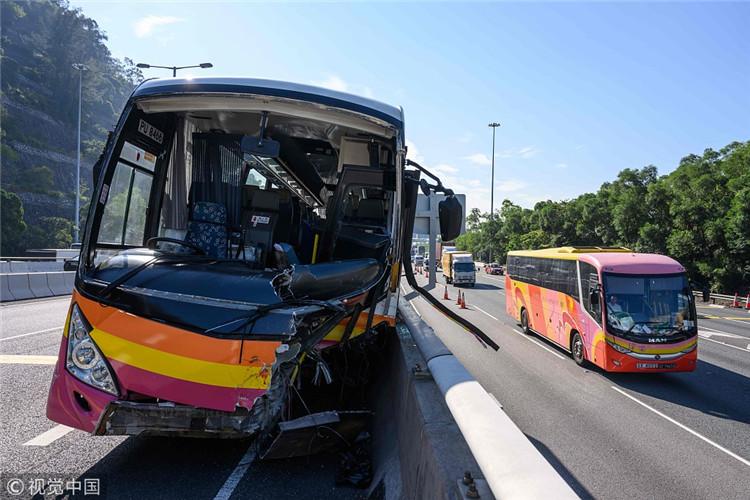 香港一旅游大巴与的士相撞 致5死30多伤