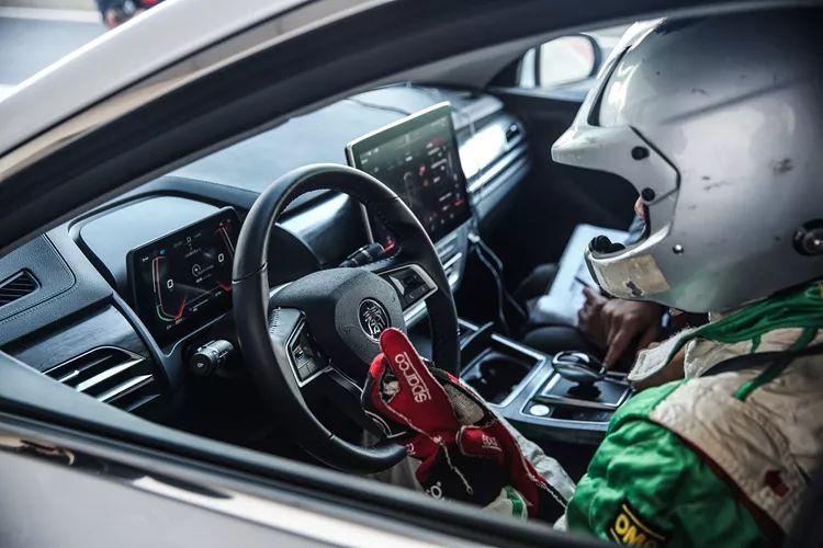 放飞自我!我把比亚迪秦Pro EV500给开上了赛道 结果......