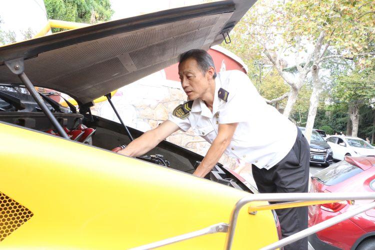 """开校车8年,他成了孩子们人见人爱的""""徐大爷"""""""