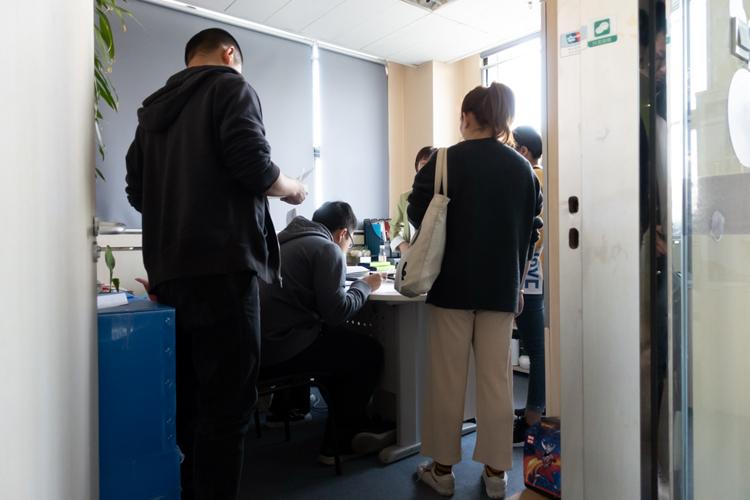 韦博英语北京店关停,学员填表等待退款|组图