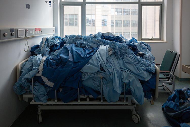 病区里床上用品和窗帘统一堆放,等待消杀人员清理。