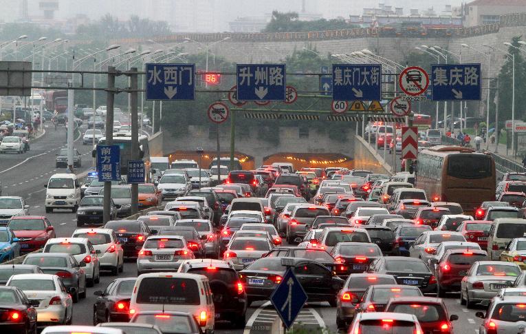 南京市迎来暑期旅游高峰 交警发出交通出行提醒