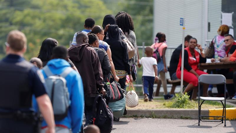 (美加边境排长队的寻求庇护者。)