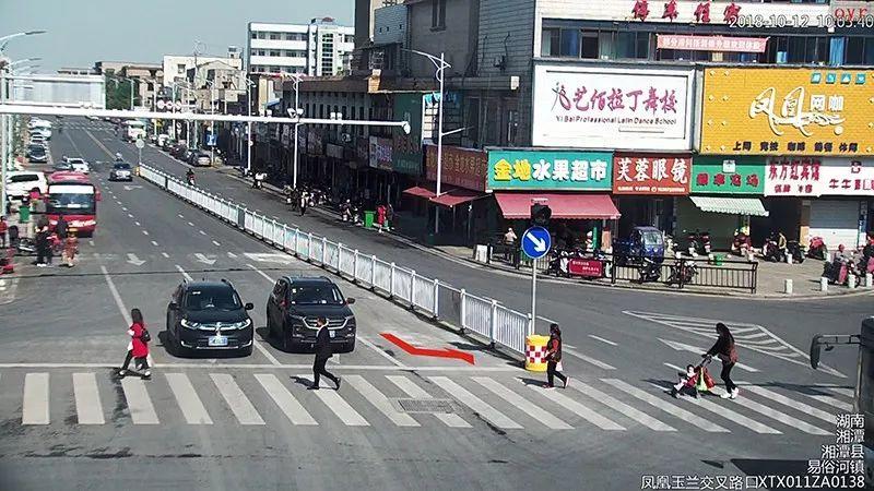 ▲玉兰北路与凤凰路红绿灯路口,由玉兰北路往凤凰路方向行驶时,最左侧车道只允许左转弯,禁止车辆掉头!