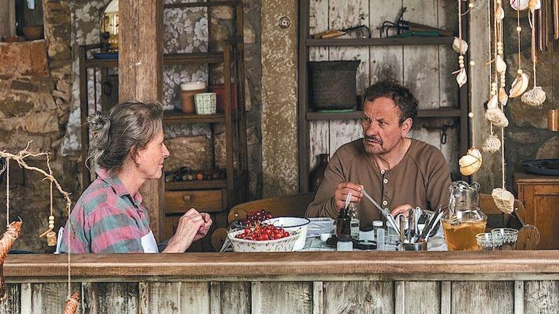 ▲2017年,奥尔加托卡尔丘克编剧的电影 《糜骨之壤》 ,获柏林国际电影节最佳影片金熊奖提名。影视截图