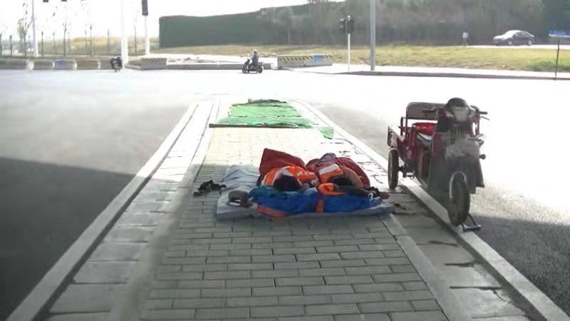环卫大妈街头打地铺午休:不敢让孩子们知道 怕他们心疼
