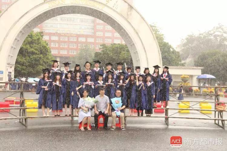 校园 | 这张毕业照刷屏!老师暴雨中端坐…