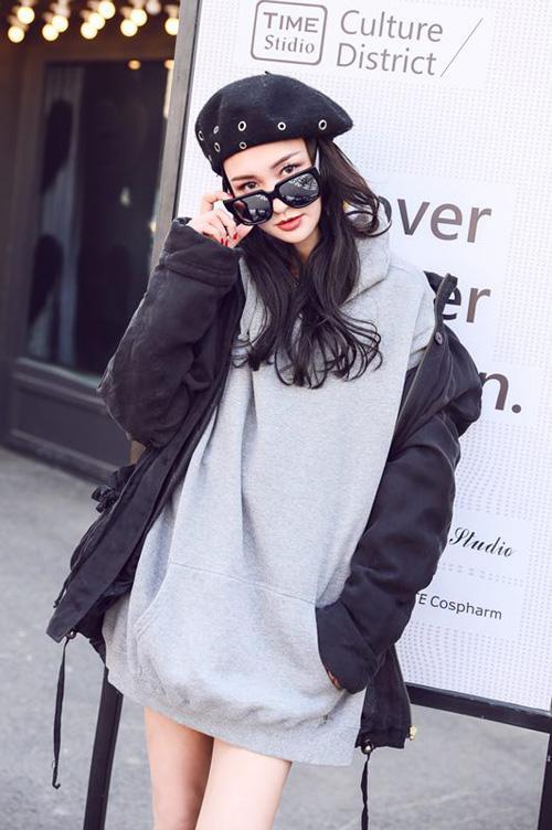 牛萌萌穿搭自己品牌服装亮相 将携新电影回归