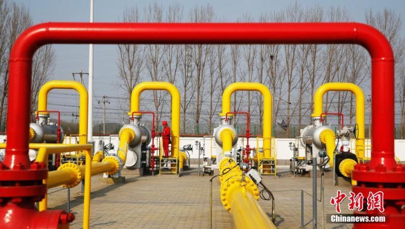 北京市昌平区,中石油北京天然气管道有限公司北京输气处西沙屯分输站,工人正在检查管道。中新社发 刘关关 摄