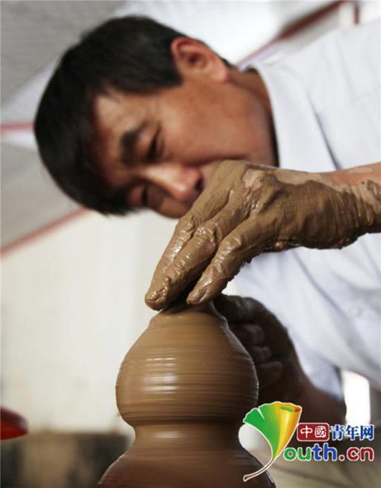 张国庆正在制作陶器。本人供图