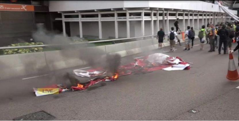 环球网:港铁被焚触目惊心