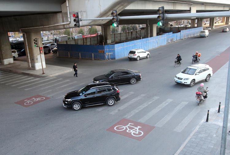 广渠路这个路口有点乱,一小时内46辆车逆行、闯红灯