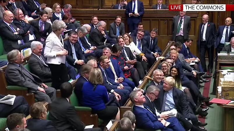 特蕾莎·梅(黑衣)议会现场讲话笑场丨天空消息视频截图