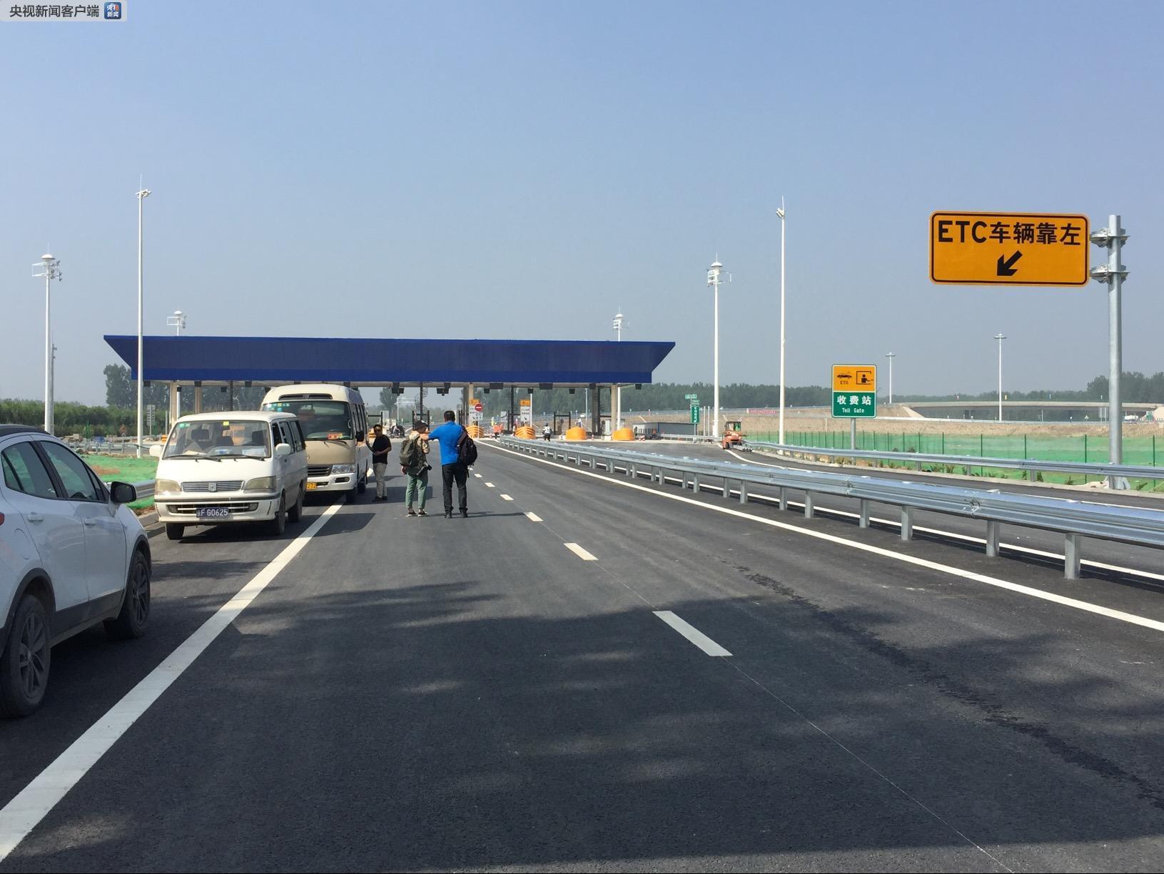 6月20日,记者在首都环线高速的通州�t县南收费站看到,工人们正在进行道路标识安装。