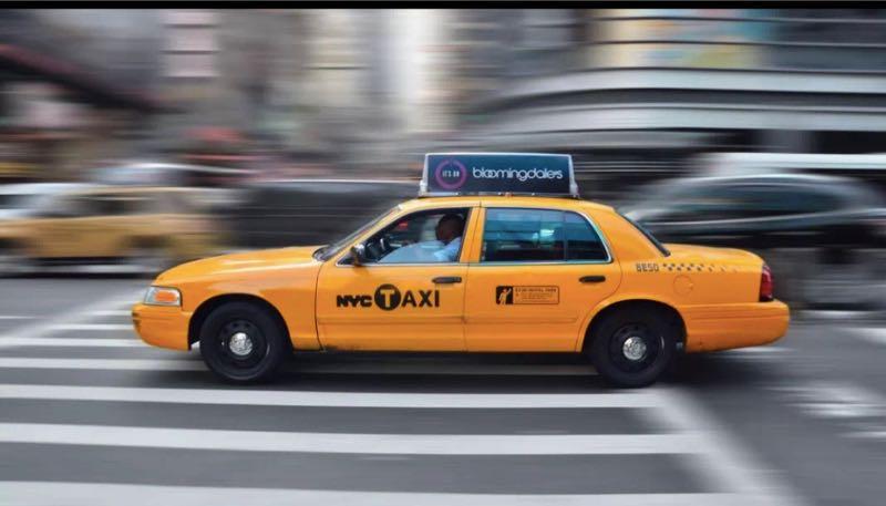 """紐約出租車外觀爲黃色,車身有""""NYC TAXI""""明顯標識。圖片來源/中國駐紐約總領館微信公告截圖"""