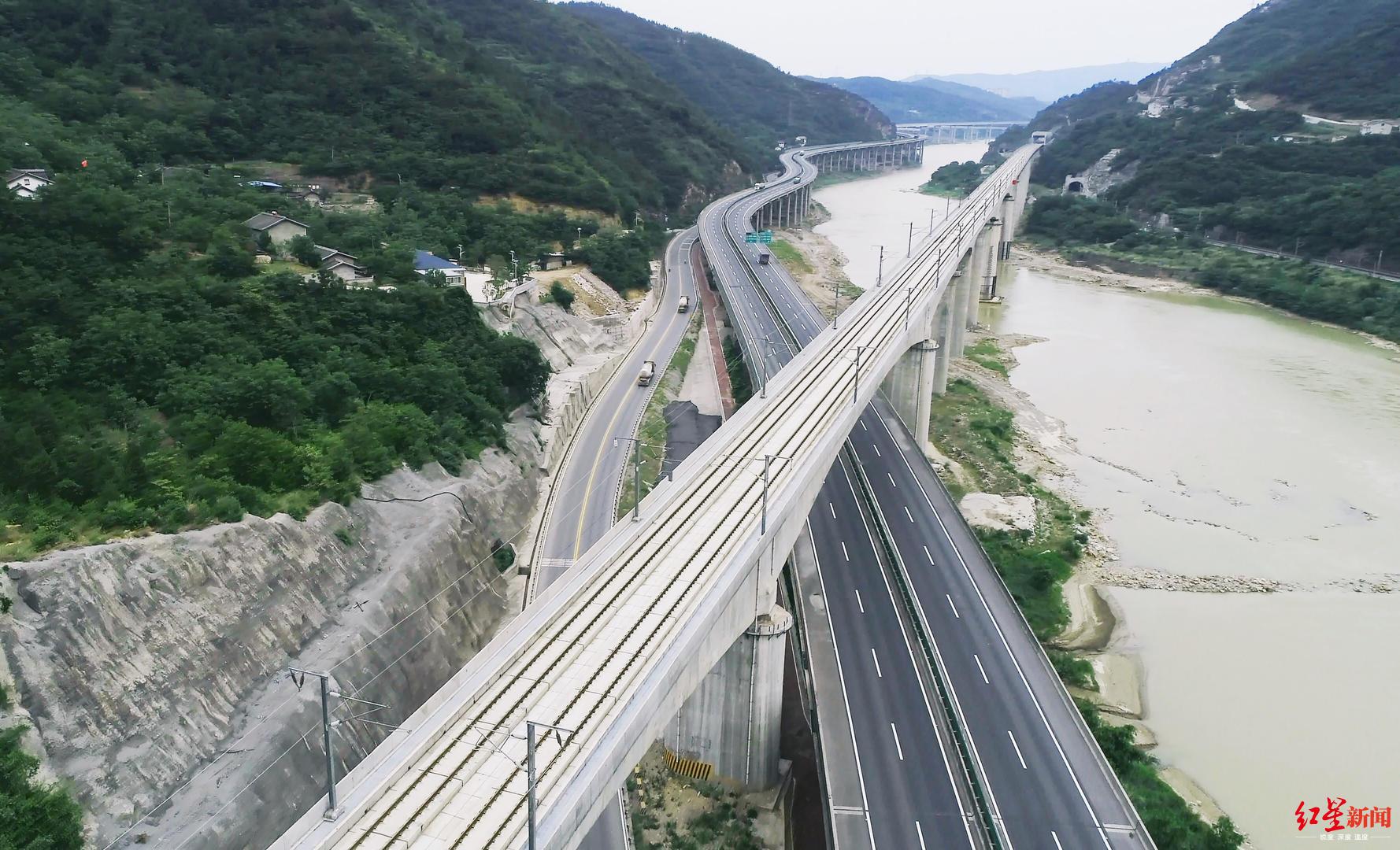 """天堑变通途 西成高铁斩获国际工程界""""诺贝尔奖"""""""