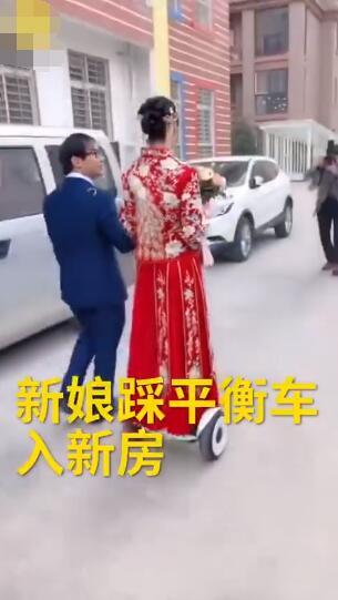 宠夫狂魔!当地习俗脚不沾地,新娘怕新郎太累踩平衡车结婚
