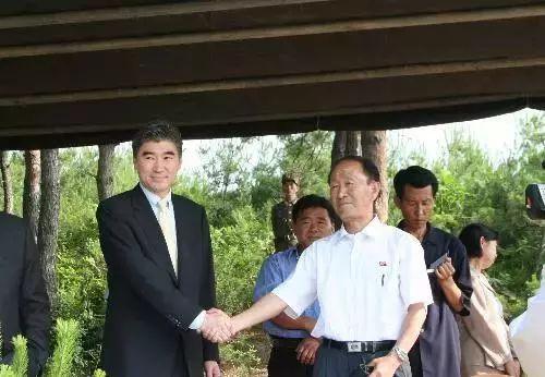 2008年6月27日搴�娈�,在朝鲜核工业重地宁边椹惧���,美国国务院官员金成(左)和朝鲜原子能研究院核保障处处长李英浩在冷却塔爆破后握手��瑁���韪�。