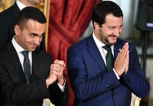 1日,意大利两位新任副总理萨尔维尼(右)和迪马约在罗马出席新政府宣誓就职仪式。(法新社)