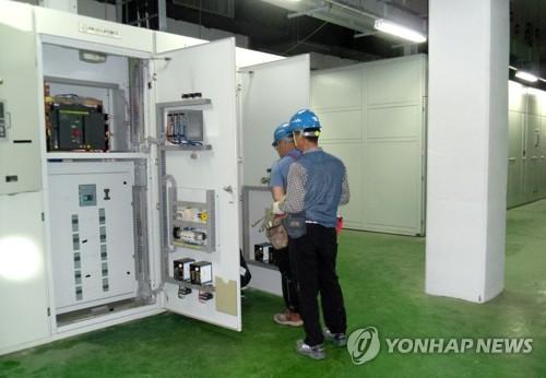 韩方人员对开城工业园区综合支援中心进行检查。(图片来源:韩联社)