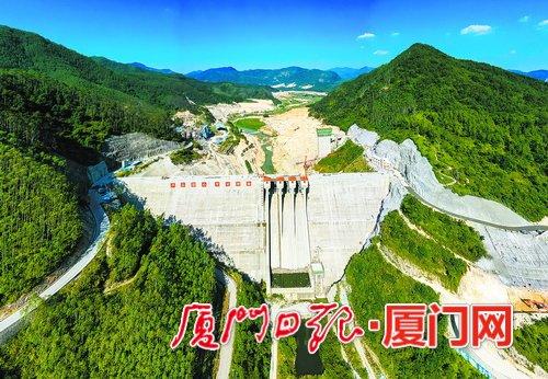 上存水库大坝完工,横亘高山峡谷间,雄伟壮观。(本报记者黄 嵘航拍器摄)