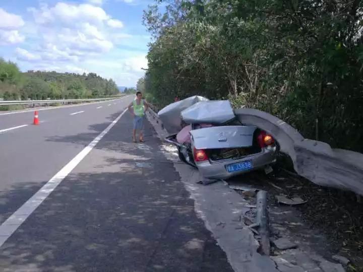 高速惨烈车祸整个车顶削没了 两人靠一个动作逃生