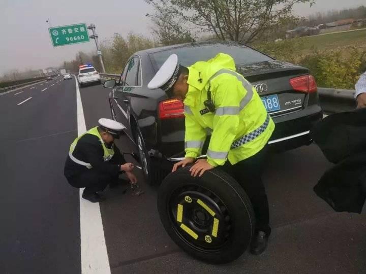 高速路上车轮爆胎,日照高速交警紧急救援