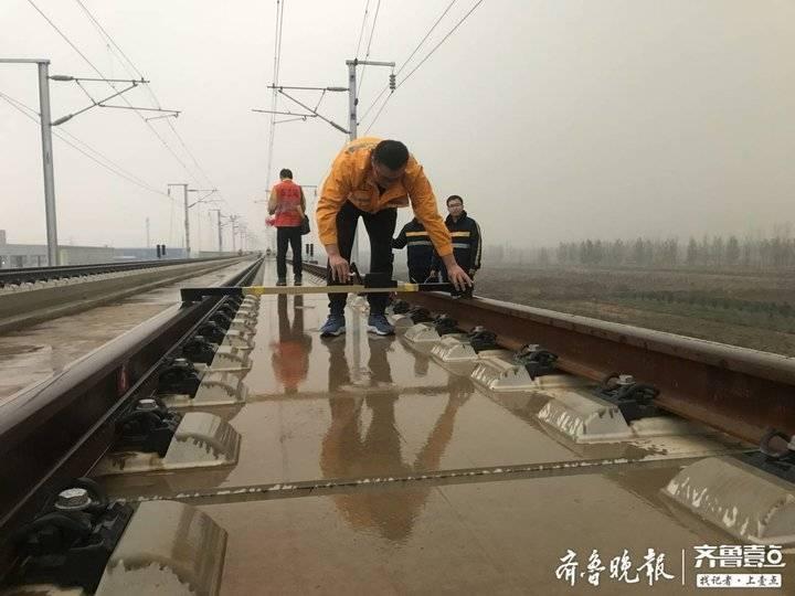 """实探鲁南高铁工地 冷冷的冰雨在""""小黄人""""脸上胡乱的拍"""