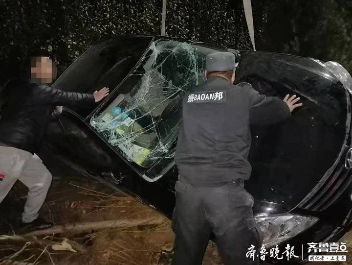 惊险 济南一私家车冲进泄洪沟侧翻 玻璃碎了一地