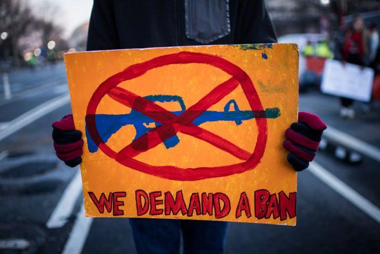 ▲3月25日华盛顿反枪支游行中的标语(美国《华盛顿邮报》)