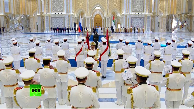 普京访阿联酋获盛大欢迎:特技飞行队和骑兵队出动