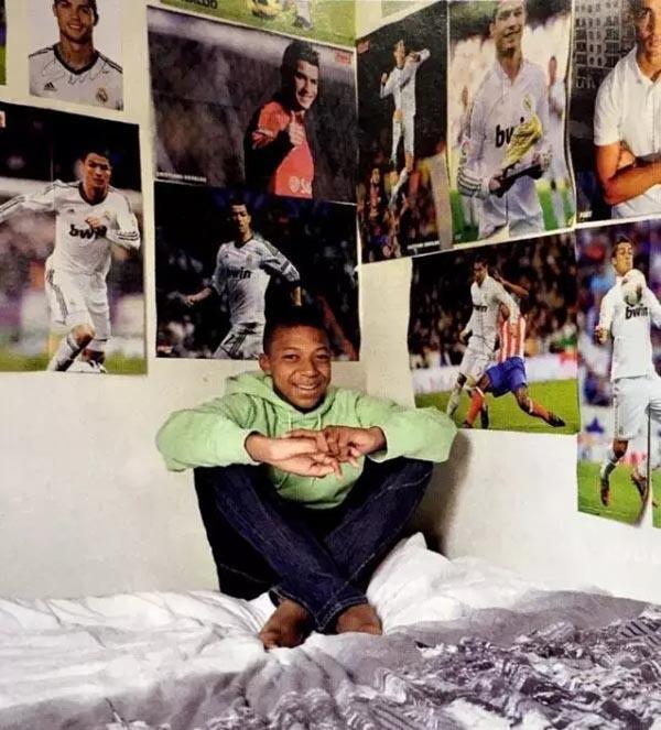 房间贴满C罗海报,19岁的姆巴佩送梅西回家了