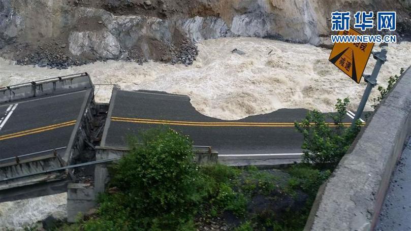 国社@四川|暴雨致四川茂县国道213线一处桥梁垮塌