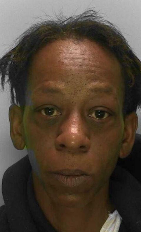外国一女子试图走私价值30万英镑的可卡因 被警方抓获