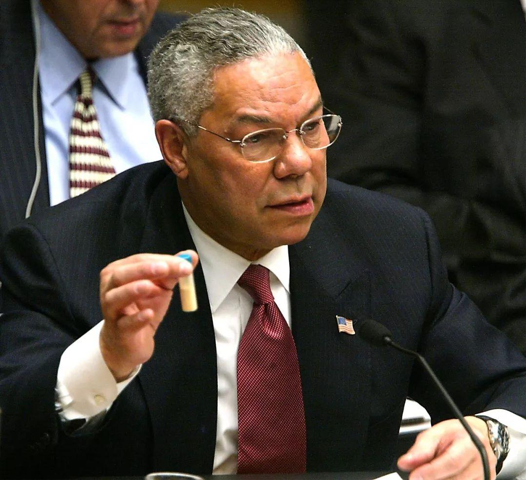 △2003年,时任美国国务卿鲍威尔在联合国会议上展示所谓的伊拉克大规模杀伤性武器的证据