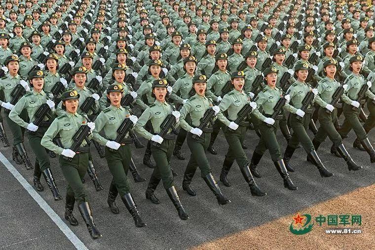 女兵队员停止圆队分解锻炼。她们单目炯炯,眉宇间透着的那股豪气,神气中披发的那种骄傲,让人影象深入。做者:尹威华 中国军网记者张硕 图片滥觞:中国军网