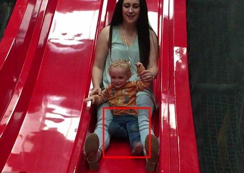 """被妈妈抱着玩滑梯,突然""""啪""""的一声,孩子的"""