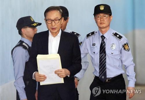 涉贿被捕的韩国前总统李明博首次受审