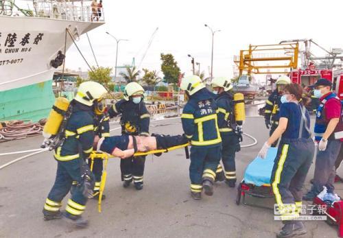 """远洋渔船""""发春陆号""""10日发生氨气外泄工安意外。(台湾《中国时报》/刘宥廷 翻摄)"""