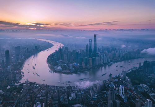 這是晨光中的上海陸家嘴(2018年6月21日無人機拍攝)。新華社記者 任瓏 攝