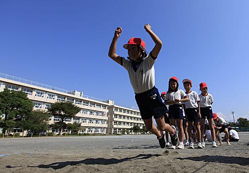 日本小學體育課上的孩子。新華社記者任正來攝