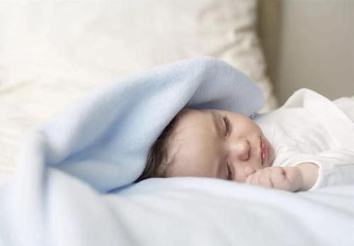 宝宝侧身睡好还是平躺睡好?睡姿错误影响宝宝发育,宝妈别大意